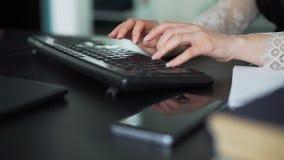 Vrouwelijke Handen die op een PC-toetsenbord in een Bureau typen stock videobeelden