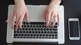 Vrouwelijke handen die op het laptop toetsenbord typen stock videobeelden