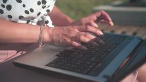 Vrouwelijke handen die op laptop, hoogste mening typen Toetsenbord die met de hand typen Het werk van het bureau stock video