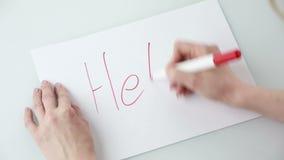 Vrouwelijke handen die pen en lege document bladen met copyspace op lijst houden Hij schrijft de woordhulp stock footage