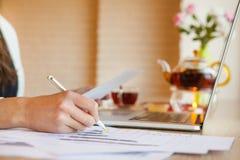 Vrouwelijke handen die pen in wit geval op papier schrijven Stock Foto's