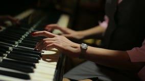Vrouwelijke handen die piano slowmotion dichte omhooggaand spelen stock videobeelden