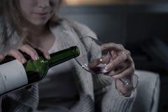 Vrouwelijke handen die rode wijn gieten royalty-vrije stock fotografie