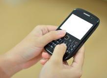 Vrouwelijke handen die slimme telefoon houden Royalty-vrije Stock Afbeeldingen
