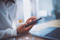 Vrouwelijke handen die smartphone en wat betreft het scherm houden Onderneemster die mobiele telefoon met behulp van Close-up op  royalty-vrije stock foto
