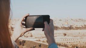 Vrouwelijke handen die smartphone op een zonnige dag houden Het vangen van ogenblikken De vrouw neemt telefoonfoto's van het pano stock footage