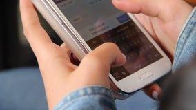 Vrouwelijke handen die sms berichttelefoon typen geen knopen, aanrakingsapparaat stock videobeelden