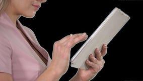 Vrouwelijke handen die tablet, alfakanaal gebruiken stock videobeelden
