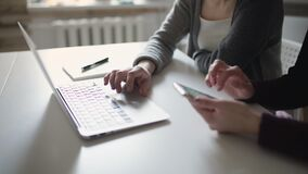 Vrouwelijke handen die toetsenbordnotitieboekje gebruiken Vrouwenhanden die mobiele telefoon met behulp van stock video