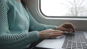 Vrouwelijke handen die touchpad van laptop PC aan de gang gebruiken Wapen van jonge vrouw wat betreft touchscreen van notitieboek stock videobeelden