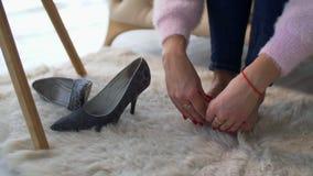 Vrouwelijke handen die vermoeide pijnlijke voeten thuis masseren stock footage