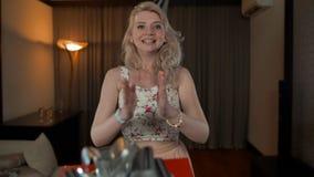 Vrouwelijke handen die wit huidig met zilveren boog geven stock videobeelden