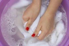 Vrouwelijke handen die witte kleren in bassin wassen stock fotografie