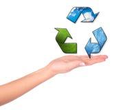 Vrouwelijke handen en conceptueel recyclingssymbool Royalty-vrije Stock Foto