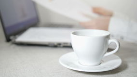 Vrouwelijke Handen, Laptop, Documenten en Koffie stock videobeelden