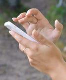 Vrouwelijke handen met de mobiele telefoon Royalty-vrije Stock Afbeelding
