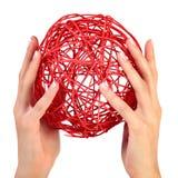Vrouwelijke handen met een rode bal Stock Fotografie