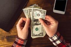 Vrouwelijke handen met het contante geldgeld van de Amerikaanse dollarmunt Royalty-vrije Stock Foto