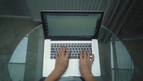 Vrouwelijke handen op het toetsenbord stock footage