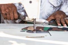 Vrouwelijke handen van een naaisters scherpe stof met een schaar in Galle, Sri Lanka royalty-vrije stock fotografie