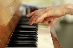 Vrouwelijke handen van een pianist die de piano spelen royalty-vrije stock foto's