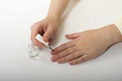 Vrouwelijke handenmanicure stock afbeeldingen