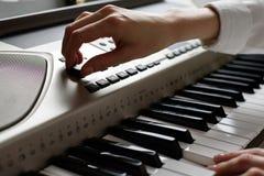 Vrouwelijke handenopstelling de sequencer, de praktijk van het spelen op de sleutels stock fotografie