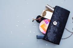 Vrouwelijke handtas met schoonheidsmiddelen stock foto's