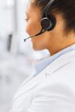 Vrouwelijke helpline exploitant met hoofdtelefoons Royalty-vrije Stock Afbeelding