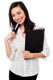 Vrouwelijke het bureaudossiers van de werknemersholding Royalty-vrije Stock Afbeeldingen