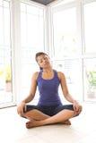 Vrouwelijke het doen hals uitrekkende oefening Stock Foto's