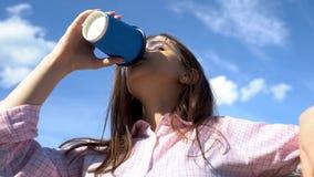 Vrouwelijke het drinken drank in koffie, die in ochtend, beginnende dag met koffie awaking stock fotografie
