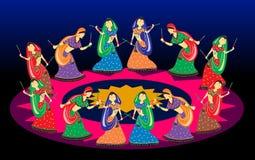 Vrouwelijke het spelen dandiya op de dans van Navratri Garba in foto Stock Fotografie