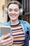 Vrouwelijke het Stromen van Studentenoutside college building Muziek van Menigte royalty-vrije stock foto's