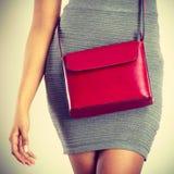Vrouwelijke heupen met rode handtas stock afbeeldingen