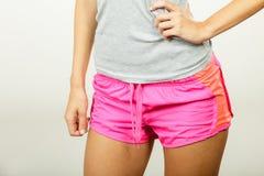 Vrouwelijke heupen in sportieve borrels stock foto's