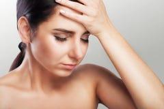 Vrouwelijke hoofdpijn Pijnlijk gevoel in mijn hoofd na een harde werkdag Mygreen het concept gezondheid op een grijze achtergrond Royalty-vrije Stock Fotografie
