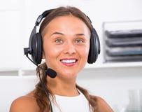 Vrouwelijke hulp die met klant hands-free gebruiken spreken Stock Fotografie