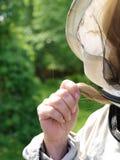 Vrouwelijke imker die beschermend kostuum dragen stock fotografie