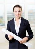 Vrouwelijke ingenieur met blauwdruk Stock Foto