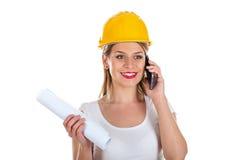 Vrouwelijke ingenieur op de telefoon Stock Foto's