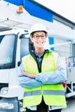 Vrouwelijke ingenieur voor vrachtwagen op plaats Stock Foto's