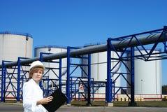 Vrouwelijke inpector die een controle van tanklandbouwbedrijf verricht Stock Afbeelding