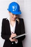 Vrouwelijke Inspecteur die Nota's controleert Royalty-vrije Stock Foto