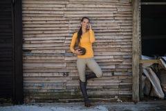 Vrouwelijke jockey die op mobiele telefoon spreken stock afbeelding
