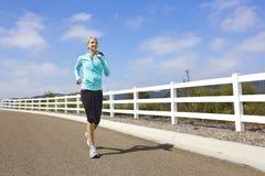 Vrouwelijke Jogger die in openlucht loopt Stock Afbeeldingen