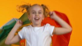 Vrouwelijke jong geitje golvende vlag van Portugal weinig ventilator die voor nationale teamsteun toejuichen stock footage