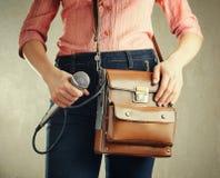 Vrouwelijke journalist met microfoon Stock Foto