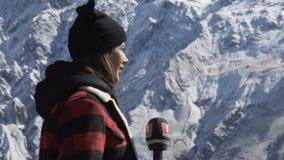 Vrouwelijke Journalist Outside Broadcasting in bergen 11 10 2017 Tbilisi, Georgië stock footage