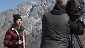 Vrouwelijke Journalist Outside Broadcasting in bergen 11 10 2017 Tbilisi, Georgië stock videobeelden